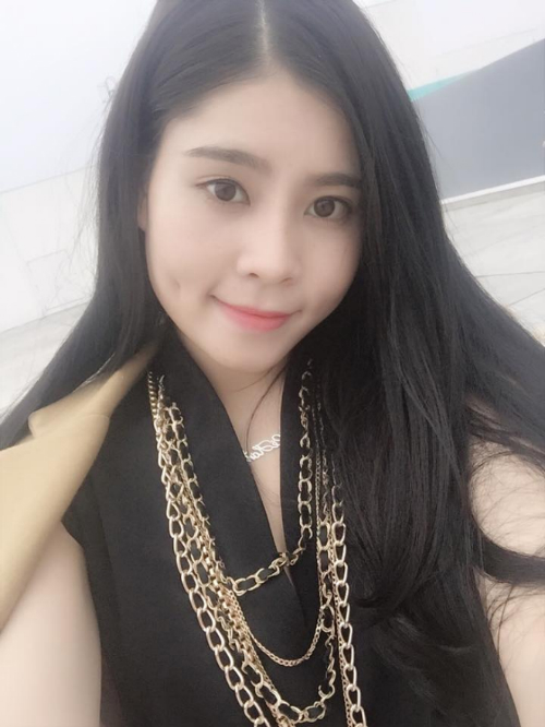 Má lúm không chỉ mang lại nét duyên mà còn được xem là dấu hiệu may mắn của Lê Thị Hơn (sinh năm 1993, Quảng Ninh). Cô nàng 9x cho biết, sau khi tạo má lúm, công việc tín dụng ngân hàng cũng như kinh doanh riêng của cô thuận lợi hơn nhiều.
