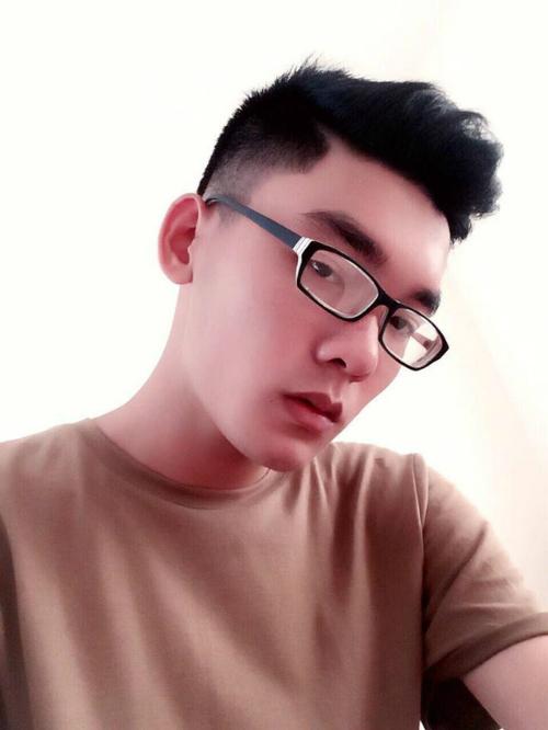 Đôi môi quyến rũ của Hùng Cường sau thẩm mỹ không chỉ gây ấn tượng với nhiều cô gái mà còn giúp công việc mẫu ảnh của anh bước sang một trang mới.