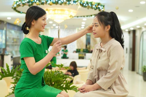 Chuyên gia phun xăm khám tình trạng mắt, quan sát viền mí của khách hàng và tư vấn màu mực phun xăm phù hợp nhất