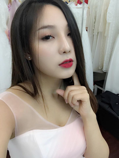 Ngày càng nhiều khách hàng tin chọn bàn tay làm đẹp của nữ chuyên viên make-up Lý Thanh Mai kể từ sau khi cô nàng 27 tuổi thực hiện nâng mũi tại Thu Cúc. Cô thừa nhận, việc trang điểm để che đi khuyết điểm sống mũi thấp là điều không hề dễ dàng