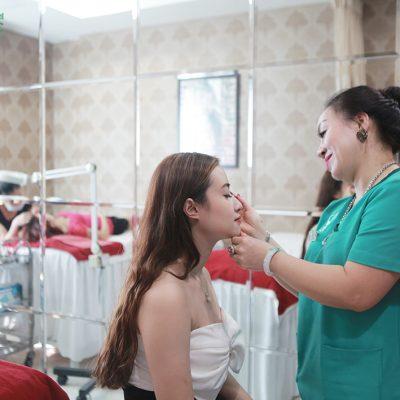 Hiện nay, cả phun và thêu lông mày đều đã được Bệnh viện ĐKQT Thu Cúc áp dụng thành công, đem lại vẻ đẹp và lấy được niềm tin của khách hàng