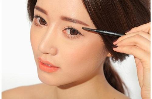Phun tán bột lông mày là phương pháp mới, sử dụng công nghệ phun xăm hiện đại kết hợp với kỹ thuật tán bột màu thiên nhiên để tạo nên độ bắt màu lên lông mày
