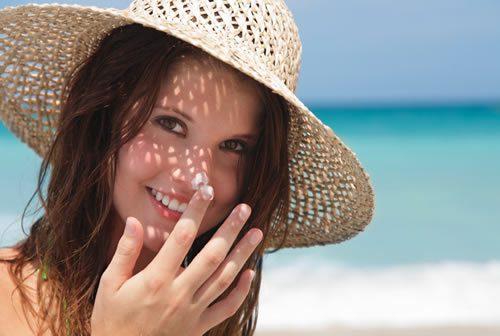 Khi đi ra nắng cần đội mũ rộng vành, đeo khẩu trang để bảo vệ da khỏi ánh nắng