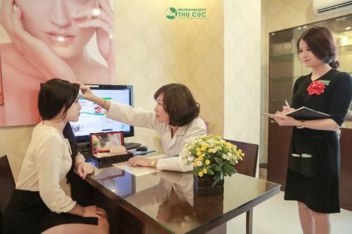 Chuyên gia tư vấn trị tàn nhang kiểm tra và hướng dẫn cho khách hàng cách chăm sóc sau điều trị