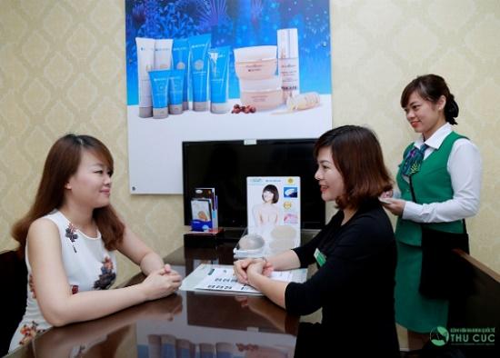 Vào những ngày cuối tháng 8 vừa qua, sau khi ổn định qua quá trình hút mỡ, chị Trang đến Thu Cúc để được tư vấn về phương pháp nâng mũi, cắt mí.