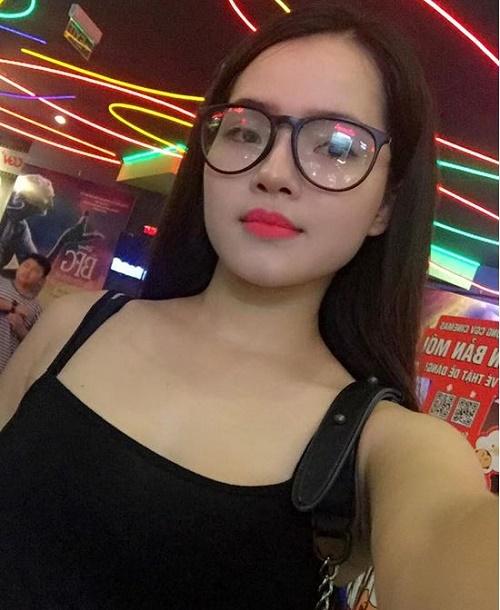 Diện mạo xinh đẹp giúp Hoài Phương dễ dàng gây ấn tượng với khách hàng khiến công việc kinh doanh online ngày càng thuận lợi. Cô gái trẻ đang dự định mở 1 cửa hàng riêng cho chính mình.