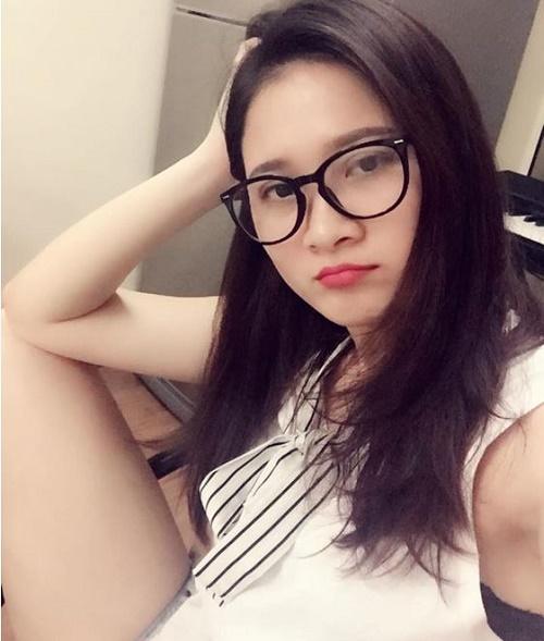 Ngay cả khí đeo kính selfie, Lương Hiền vẫn tự tin với đôi mắt 2 mí rõ rệt. Các đường nét khác trên khuôn mặt cũng từ đó mà được tôn lên đáng kể.