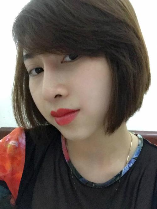 Sự thay đổi nhỏ nhưng giúp gương mặt cô nàng 9x ấn tượng và sang chảnh hơn rõ rệt. Nếp mí và dáng mũi của Hồng Linh cũng được các bác sĩ tạo hình tự nhiên và hài hòa với tổng thể khuôn mặt.