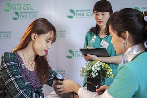 Bác sĩ sẽ kiểm tra tình trạng sức khỏe khách hàng trước khi tiến hành trị tàn nhang
