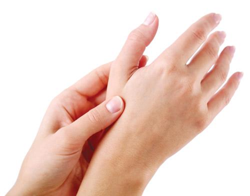 Bàn tay trắng mịn không bị tàn nhang là mơ ước của nhiều cô gái