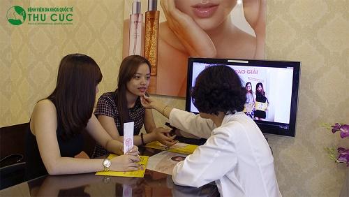 Chuyên gia tại Thu Cúc thăm khám và tư vấn cho khách hàng phương pháp trị tàn nhang phù hợp