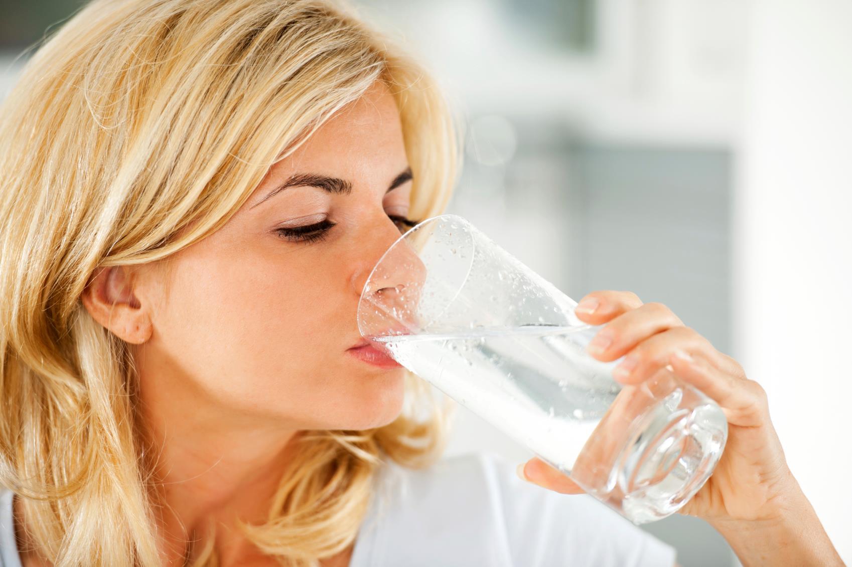 Uống nước là cách giữ ẩm cho da và tránh được nám da