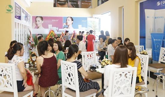 Không khí tại Thu Cúc Quận 5 Sài Gòn rộn ràng, tấp nập ngay từ đầu giờ sáng với lượng lớn khách hàng đến thăm khám, tư vấn và làm đẹp…