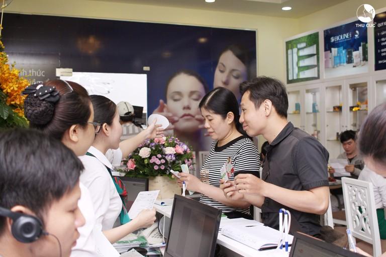 Ngoài các eva, không ít đấng mày râu cũng đến Thu Cúc Quận 5 Sài Gòn trong ngày khai trương để được tư vấn thẩm mỹ. Đây cũng là minh chứng cho nhu cầu thẩm mỹ ngày càng tăng cao của các đối tượng khách hàng trong xã hội hiện đại.
