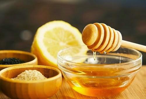Mật ong có chứa rất nhiều chất kháng sinh, cũng như các dưỡng chất oxy hóa giúp bảo vệ da và kích thích cái tạo các tế bào da mới
