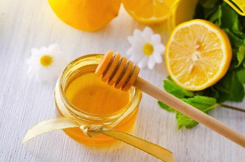 Kết hợp mật ong và chanh sẽ giúp trị nám hiệu quả