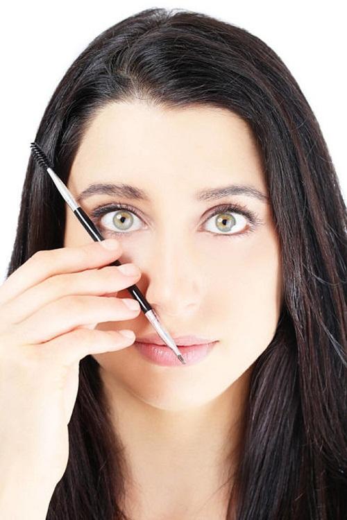 Xác định điểm cuối lông mày đơn giản bằng chì kẻ mày.