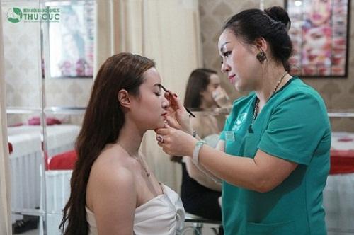 Bác sỹ thăm khám trước khi thực hiện phun xăm mí mắt để chọn lựa kiểu phun mí phù hợp cho khách hàng