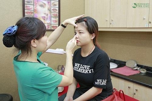 Tại Thu Cúc, bác sỹ tiến hành thăm khám và đo vẽ dáng lông mày theo tỉ lệ vàng trước khi tiến hành phun xăm lông mày.