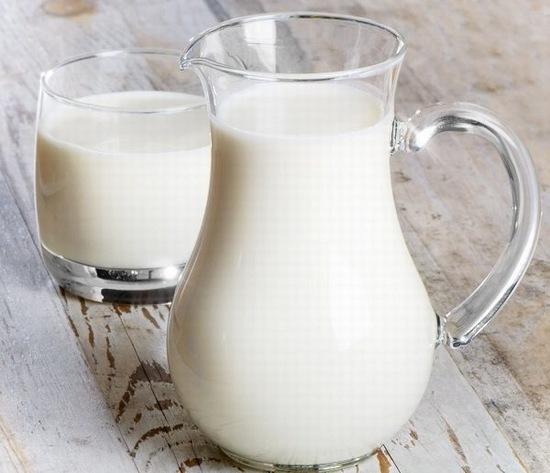 Một trong những cách trị sẹo đơn giản phù hợp với mọi loại da đó là sử dụng sữa tươi rửa mặt hàng ngày.
