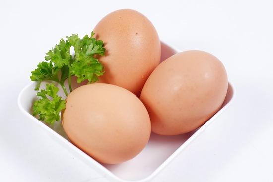 Theo quan niệm dân gian, trứng sẽ làm cho vùng da bị tổn thương có màu trắng hoặc bị loang lổ, không đồng màu với vùng da bình thường xung quanh.