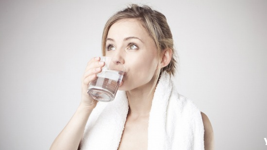 Uống nhiều nước không những tốt cho sức khỏe mà còn là liệu pháp ngăn ngừa sẹo hữu hiệu.