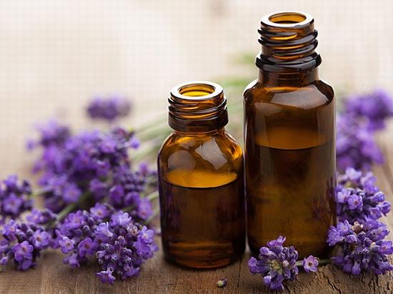 Tinh dầu oải hương là loại tinh dầu có khá nhiều công dụng với việc chăm sóc sức khỏe của làn da, trong đó có cả khả năng xóa mờ các vết sẹo do mụn trứng cá để lại