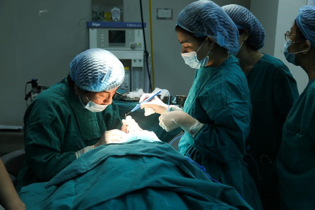 Tiến hành thực hiện tiểu phẫu cắt mí