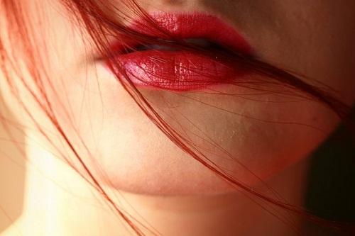 Dưỡng ẩm cho đôi môi luôn căng mọng, mịn màng là công việc cần thiết trong mùa hè
