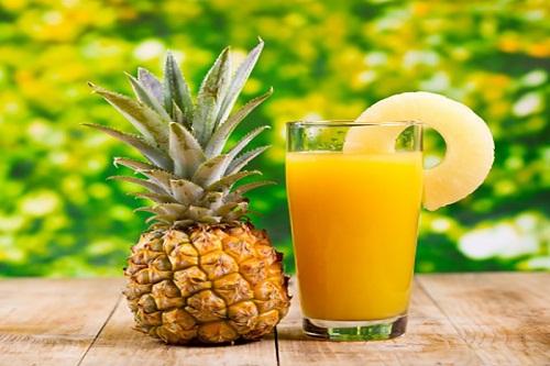Thường xuyên sử dụng nước ép hoa quả để cung cấp độ ẩm cần thiết cho môi
