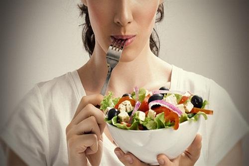 Chế độ ăn khoa học cũng là lưu ý cần thiết khi muốn chăm sóc toàn diện cho bờ môi của bạn