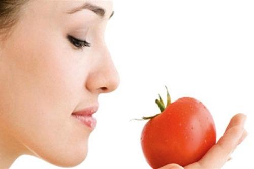 Một trong những phương pháp làm hồng môi không thể bỏ qua chính là cà chua và đường trắng