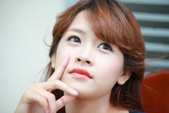 Với Chi Pu, bí quyết để có đôi môi hồng chỉ là tinh chất hoa hồng.