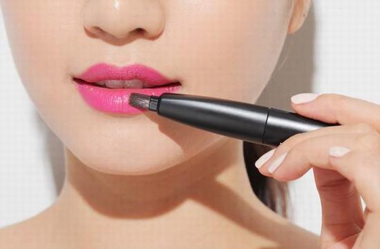 Son môi được xem như vật bất ly thân của mọi cô gái, đặc biệt là với những bạn gái có đôi môi bị thâm tái, nhợt nhạt.