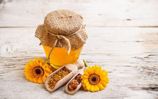 Mật ong không những tốt cho sức khỏe mà còn tốt cho da vì trong mật ong có chứa nhiều chất vitamin cung cấp vi chất nuôi dưỡng tế bào da giúp da khỏe đẹp, chữa sẹo ở chân hiệu quả.