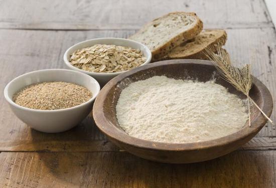 Thành phần vitamin E trong cám gạo là 1 chất chống oxy hóa tuyệt vời, giúp đẩy lùi hoạt động của các gốc tự do, giúp bạn sở hữu làn da mịn màng tươi trẻ