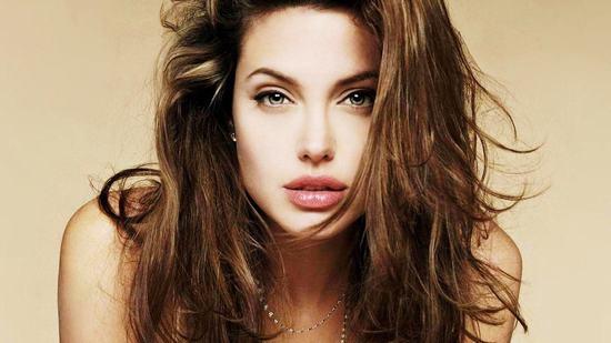 Dù chẳng còn trẻ trung và là 1 bà mẹ bận rộn nhưng đôi môi của Angelina Jolie vẫn được xem là biểu tượng của sự quyến rũ trong mắt công chúng.
