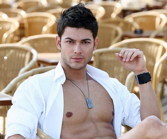 """Lông ngực ở nam giới nếu xuất hiện có thể làm tăng thêm sức hấp dẫn cho phái mạnh nhưng nếu quá """"rậm rạp"""" lại đem đến nhiều phiền toái."""