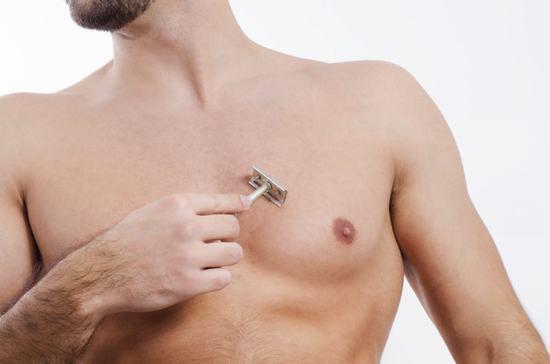Cách đơn giản nhất để loại bỏ lông ngực ở nam giới đó là dùng dao cạo cạo như cạo râu.