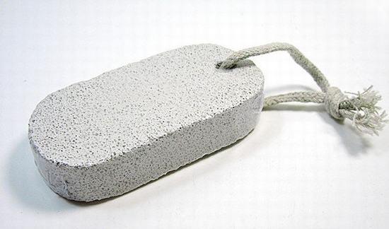 Nhiều chị em cũng sử dụng loại đá bọt như một dụng cụ để tẩy lông