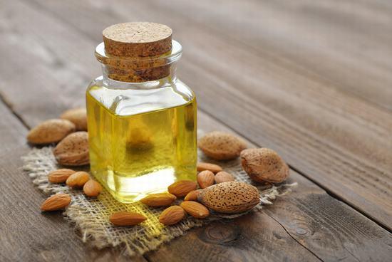 """Dầu dừa, dầu oliu hay dầu hạnh nhân đều là """"trợ thủ"""" đắc lực giúp bạn có được làn môi hồng hào, căng mọng."""
