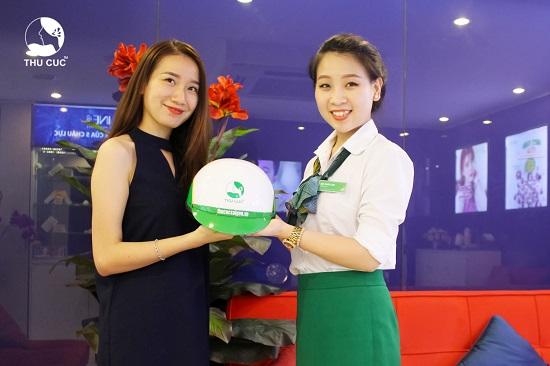 Thu Cúc tặng 2000 nón bảo hiểm cho khách hàng làm đẹp