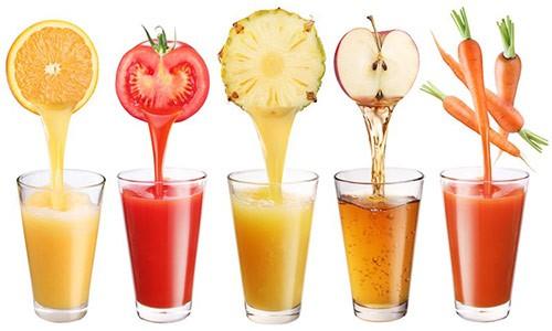 Uống nước ép trái cây mỗi ngày là bí quyết giúp màu phun xăm lên đều đẹp.
