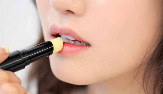 Son dưỡng môi sẽ giữ ẩm cho môi nhờ ngăn tình trạng mất nước, giúp làn môi mềm mại mà không bị bết dính.