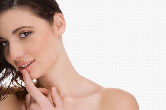 Massage môi với dầu quả hạnh, dùng ngón tay trỏ và giữa ấn nhẹ vào môi, giúp tăng tuần hoàn máu, để môi trở nên hồng hào và mềm mại hơn.