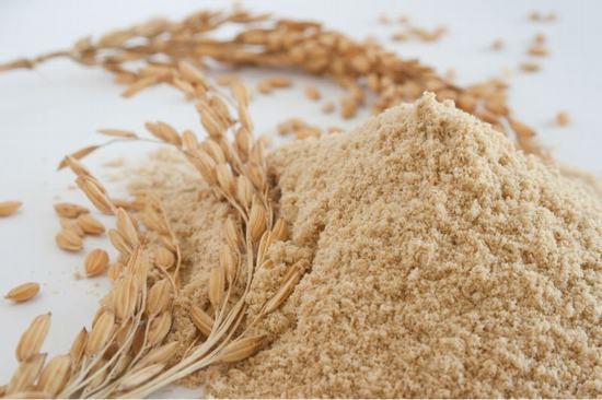 Cho cám gạo ra 1 chiếc bát sạch, trộn với sữa tươi không đường và 3 thìa nước cốt chanh cho đến khi tạo thành hỗn hợp đặc sệt.