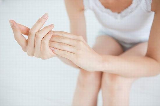 Viêm nang lông là bệnh da liễu có hiểu hiện là những nốt sần sùi màu đỏ trên da.