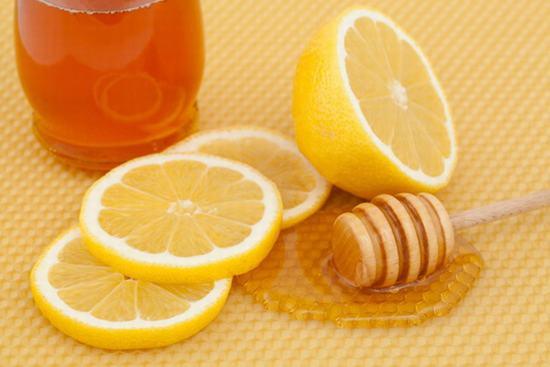 Sự kết hợp giữa mật ong, chanh, đường sẽ tạo nên công thức kháng viêm, làm da mềm mịn hiệu quả.