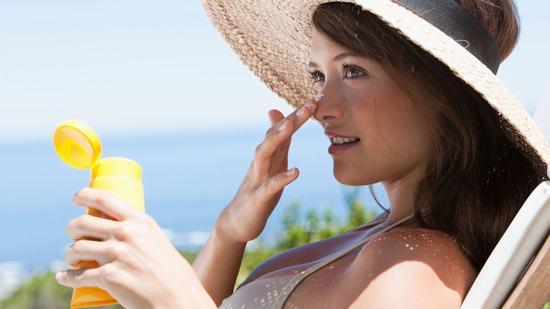 Khi thu nhỏ lỗ chân lông bằng nước vo gạo bạn nên hạn chế tiếp xúc với ánh nắng mặt trời vì da mỏng rất dễ bị bắt nắng.