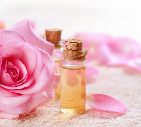Nước hoa hồng có khả năng cung cấp độ ẩm và làm se khít lỗ chân lông hiệu quả.